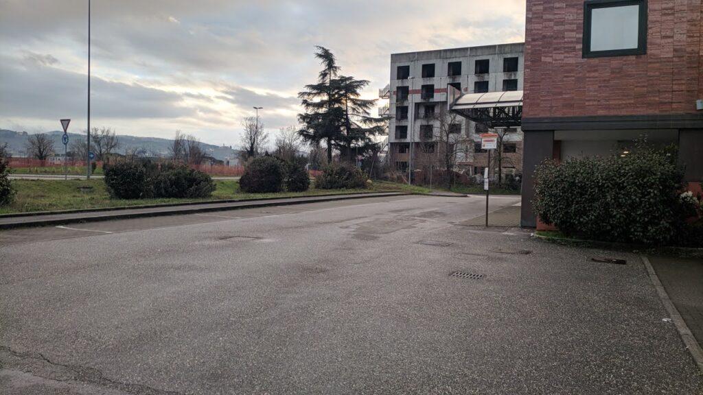 L'attuale capolinea, del 27 davanti all'hotel