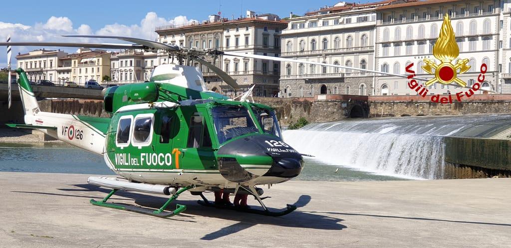 Uomo in Arno ponte vespucci Firenze Vigili del Fuoco (6)
