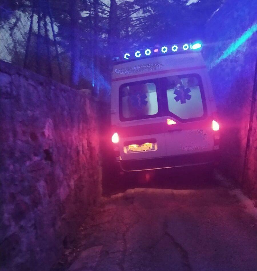 Un ambulanza si incastra in via della Pescaia durante un soccorso