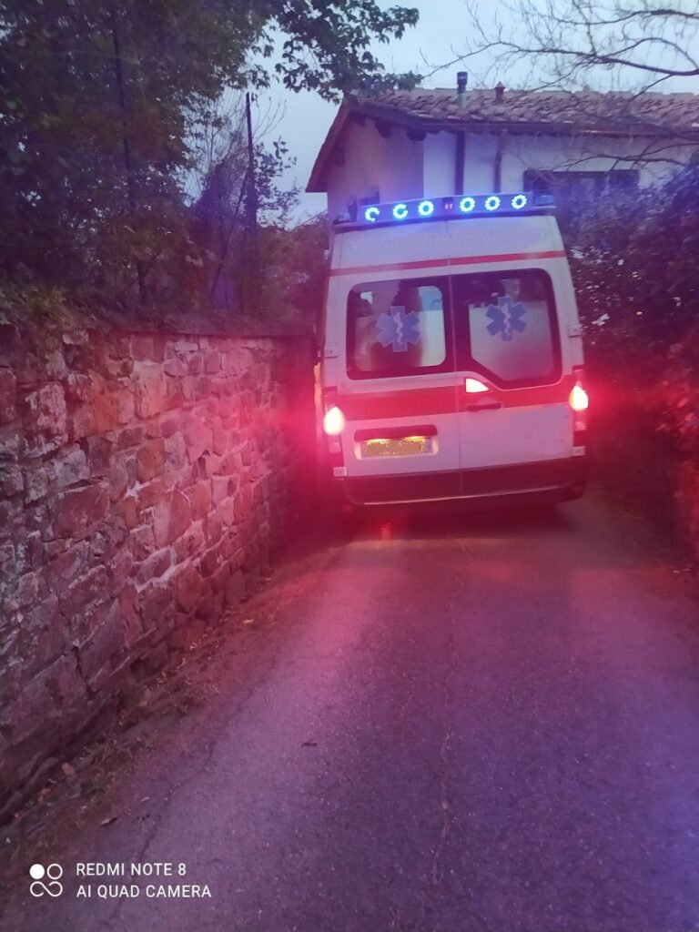 Per passare e affrontare la stretta curva l'ambulanza è costretta a mettere le ruote nella zanella con con seguente slittamento verso il muro