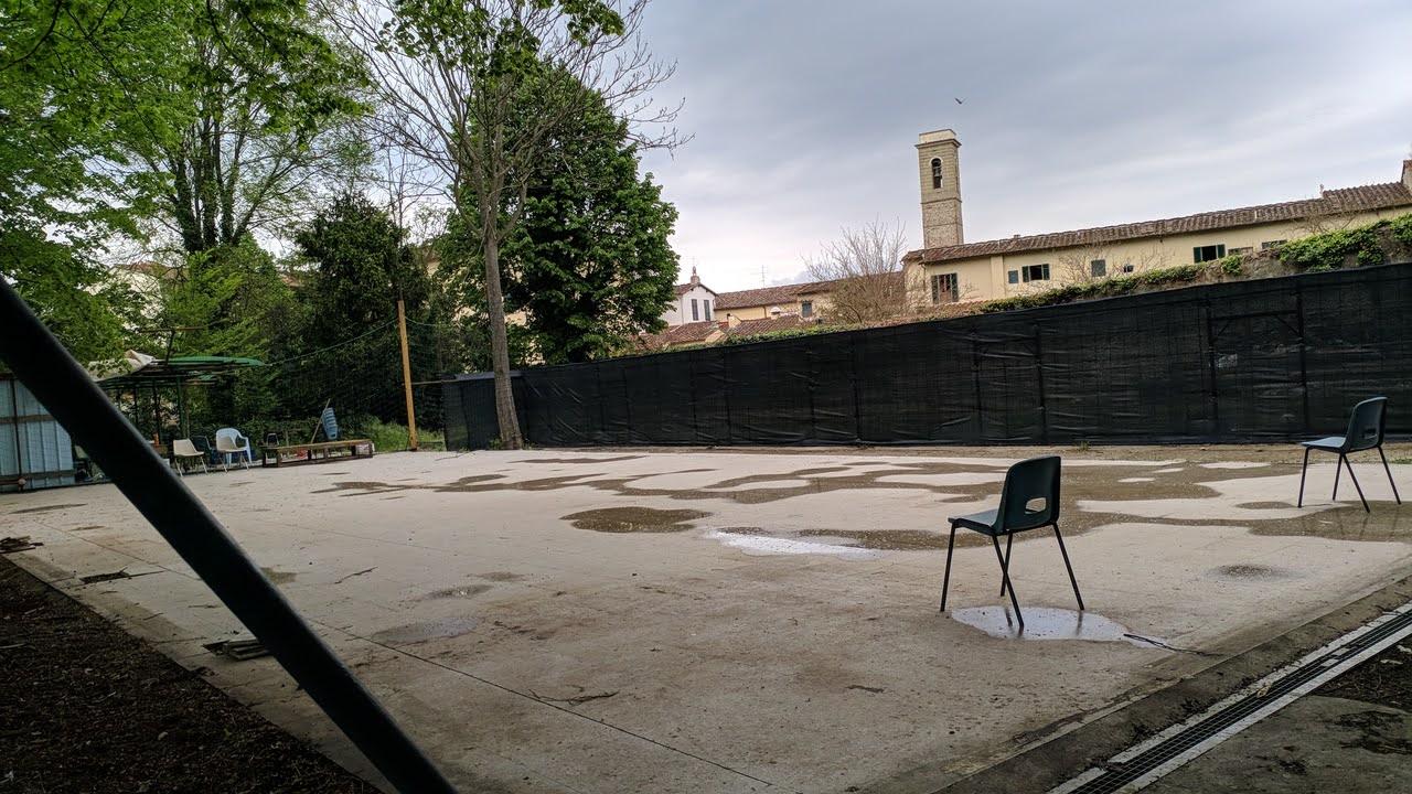 Il campino da basket in fase di allestimento