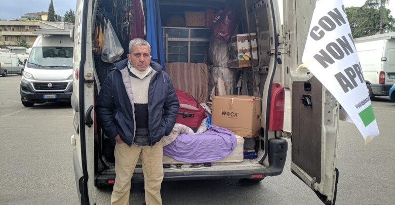 Mauro, ambulante costretto a dormire nel furgone insieme alla famiglia perché rimasto senza casa per le chiusure forzate dei mercati