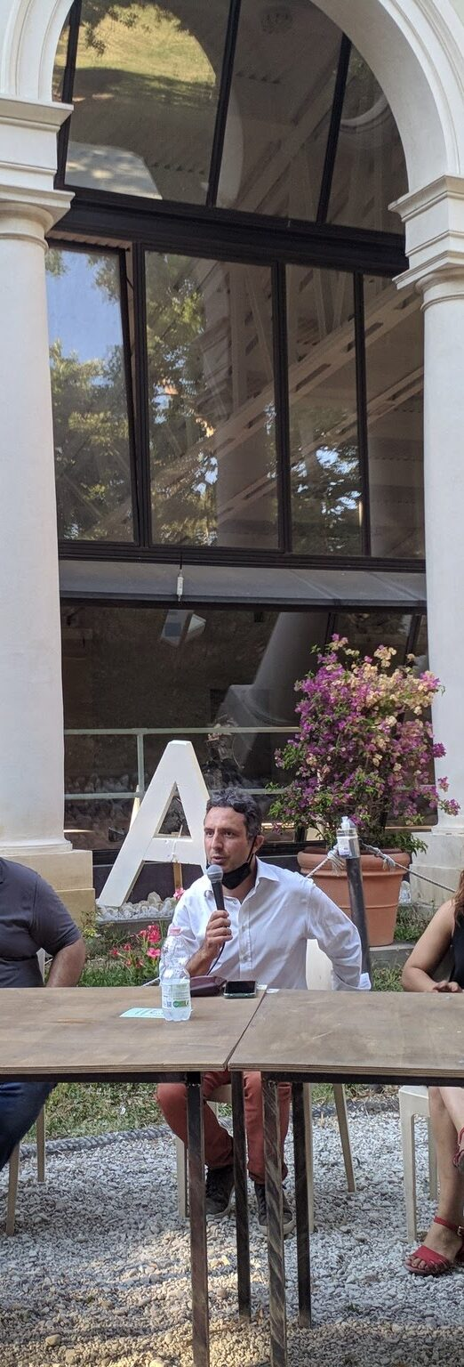 Mirko Dormentoni sullo sfondo della Limonaia di Villa Strozzi