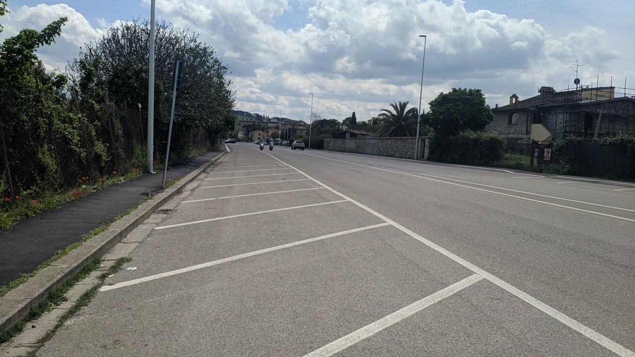Stradone dell'Ospedale , dove i molti parcheggi sono a oggi sottoutilizzati, ma potrebbero diveltarlo in futuro dopo la costruzione della nuova cittadella al posto della caserma Lupi di Toscana