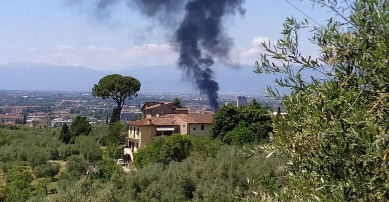 L'impressionante incendio visto dall'alto delle colline di Marignolle
