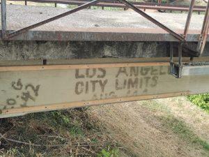 La scritta Los Angeles City Limit sul Ponte dei Cazzotti