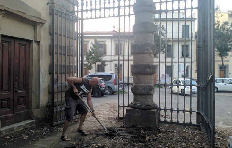 volontari puliscono tombini fango foglie boschetto (4)