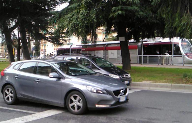 attraversare semaforo piazza batoni